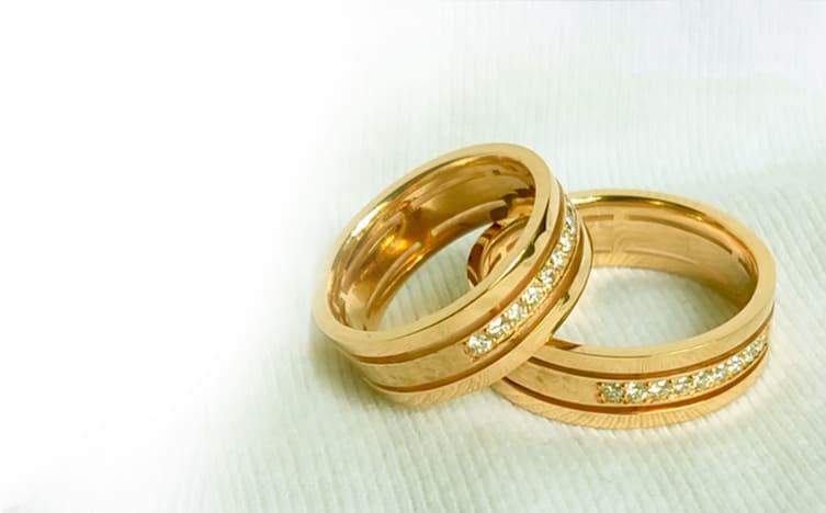 Заказные эксклюзивные обручальные кольца из золота с инкрустацией фианитами