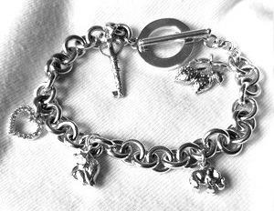 Браслет серебряный с подвесками в виде сердца, слоника, клубнички и ключика