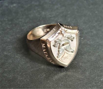 Кольцо-печатка из золота с пожарной эмблемой на заказ