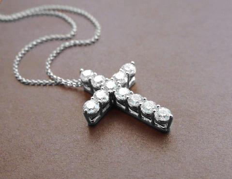 Крестик серебряный инкрустированный фианитами выполненный на заказ