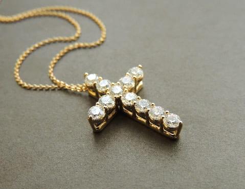 Крестик золотой с инкрустацией фианитами, выполненный на заказ