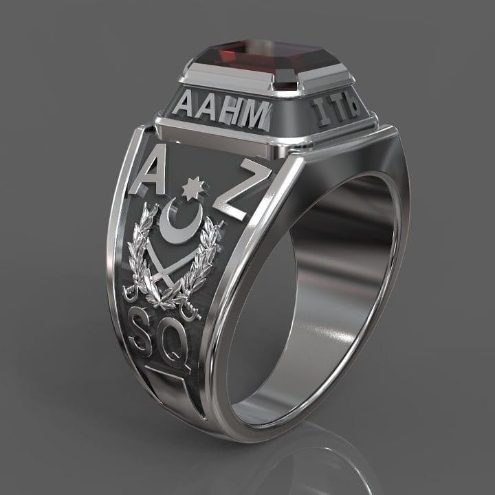Визуализация серебряного перстня-печатки с камнем и логотипом