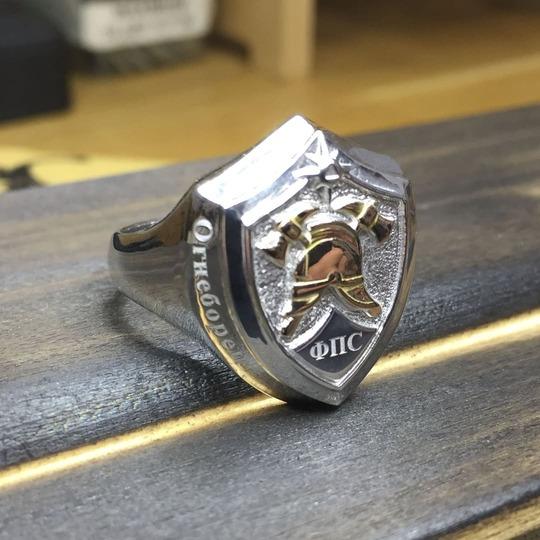 Серебряное кольцо подарочное для пожарного и спасателя МЧС пожарный щит с каской из золота