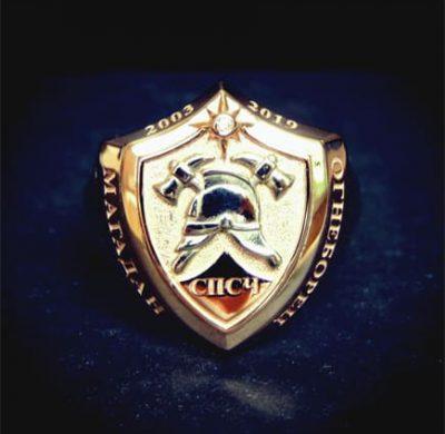 Золотой перстень в вид щита с пожарной каской и топориками
