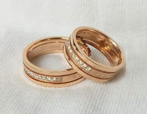Свадебные кольца из золота с бриллиантами, выполненные на заказ