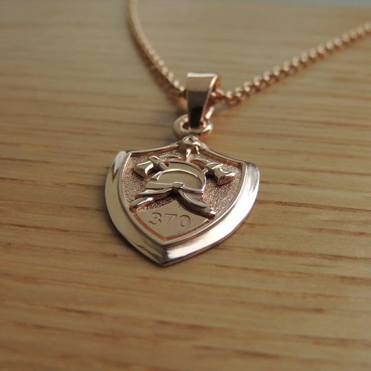 Кулон золотой с пожарной символикой каской и топорами
