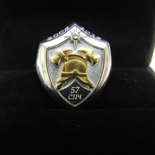 Перстень-печатка из серебра с пожарной каской из золота
