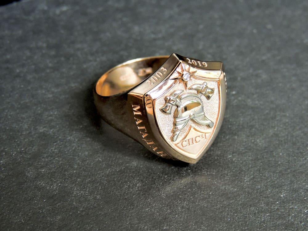 Золотой перстень щит пожарный с каской и надписью СПСЧ Огнеборец Магадан