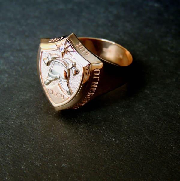 Перстень-печатка из золота с пожарной каской и бриллиантом в виде звездочки