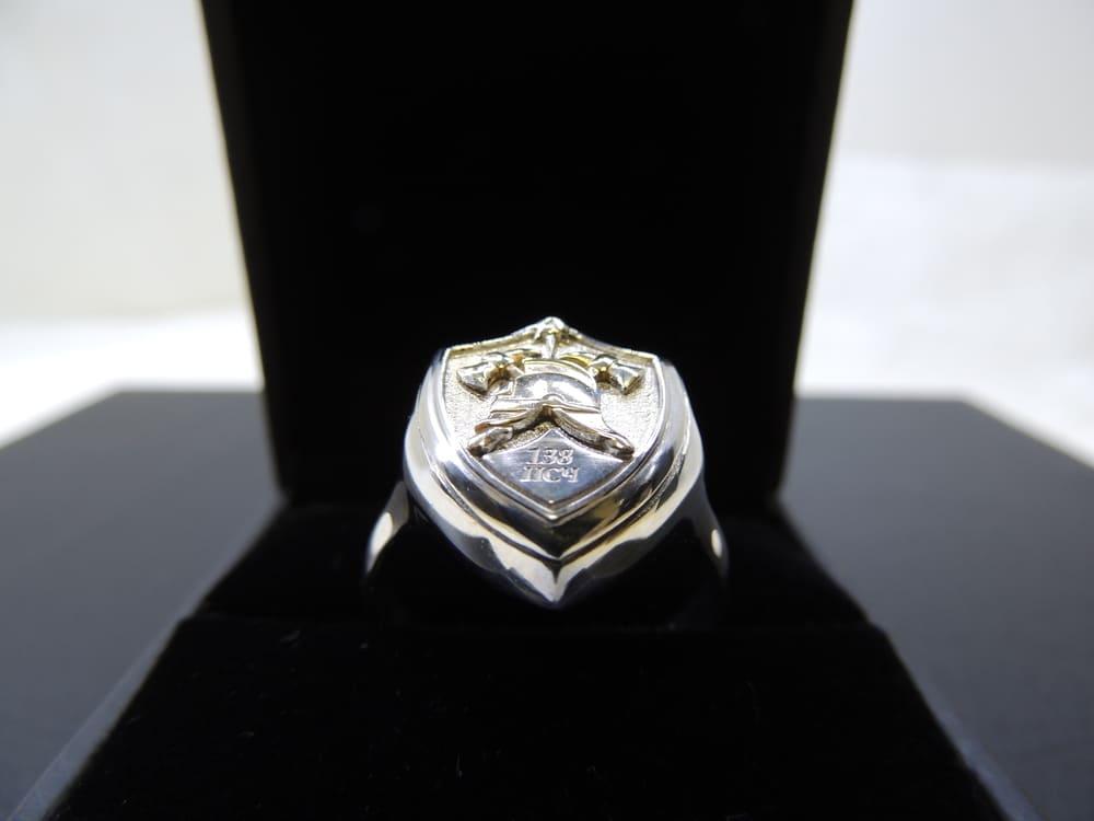 Серебряный перстень-печатка щит пожарный с каской и надписью 138 ПСЧ в подарочной коробке