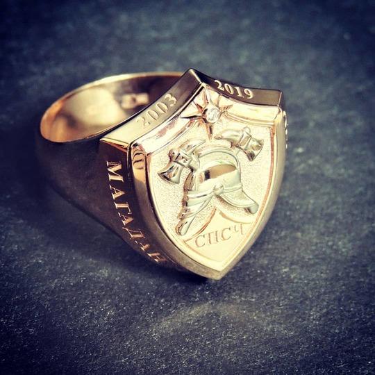 Перстень-печатка из золота с пожарной символикой