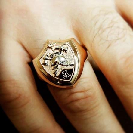 Золотой перстень-печатка пожарный щит с каской на руке