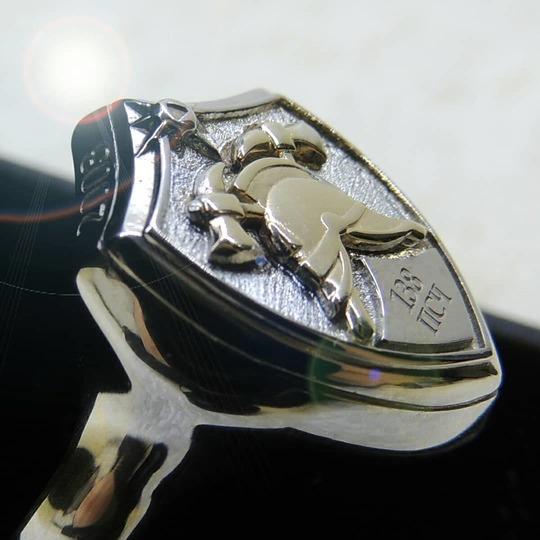 Печатка из серебра с пожарной каской из золота