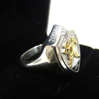 Кольцо серебряное с пожарной каской из золота