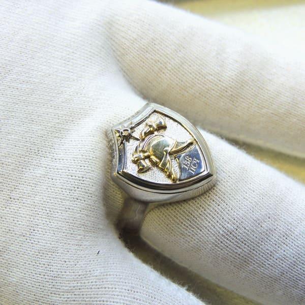 Перстень-печатка из серебра с пожарной символикой на руке