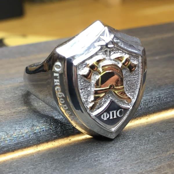 Серебряная печатка с золотой каской, выполненная на заказ и надписью Огнеборец